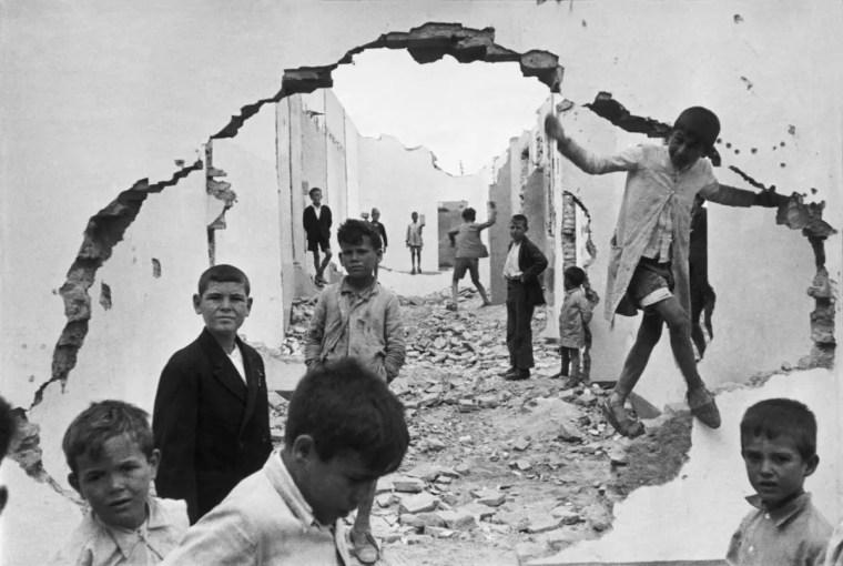 La celebre foto di Henry Cartier-Bresson con i bambini che giocano tra le rovine nel corso della  Guerra civile spagnola, 1937