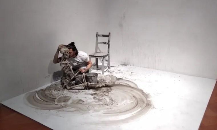 """Un momento della performance """"Cleaning the mirror"""""""