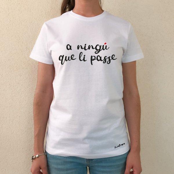 samarreta-blanca-xica-a-ningu-que-li-passe