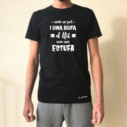 camiseta negra chico amb un pet i una bufa el llit com una estufa