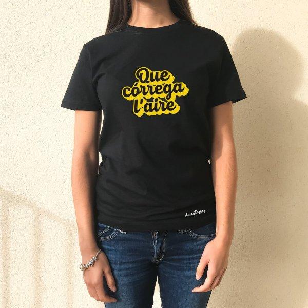 camiseta chica negr que córrega l'aire