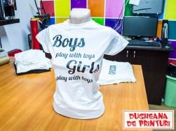 dugheana-de-printuri-tricou-personalizat-boys-play-with-toys-girls-agentie-de-publicitate-productie-publicitara-grafica-print-cutterare-ddp