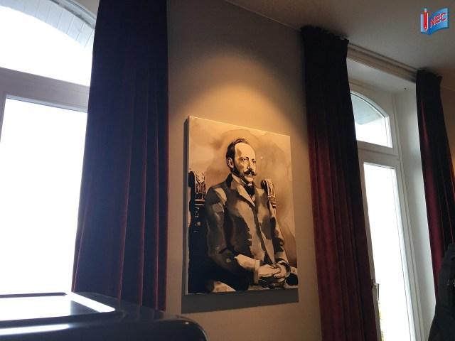 Hình ảnh của César Ritz được trưng bày trong Mosimann Collection ở Le Bouveret