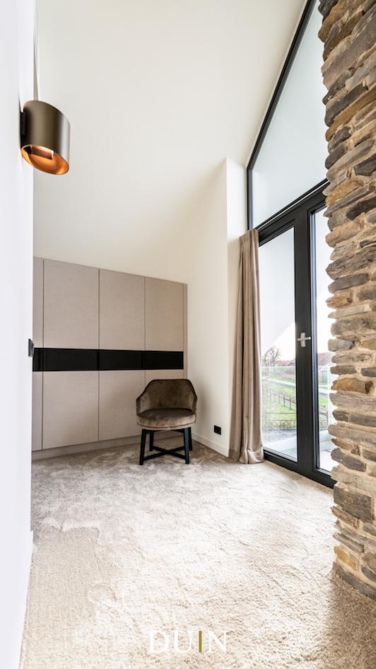 Sfeervolle slaapkamer met openhaard in natuursteen