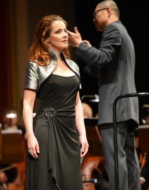 Sopranistin Sylvia Hamvasi (vorne), Dirigent Wen-Pin Chien Foto: Andreas Köhring