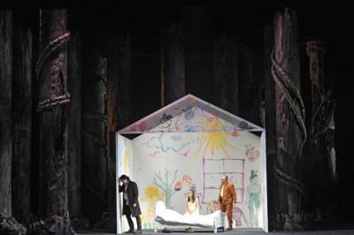 Giancarlo Monsalve als Rodolfo, Olesya Golovneva als Luisa, Boris Statsenko als Vater Miller (v.l.). Foto: Hans Jörg Michel