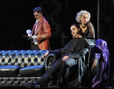 Leporello (Günes Gürle), Don Giovanni (Richard Šveda), Donna Elvira (Brigitta Kele). Foto: Hans Jörg Michel.