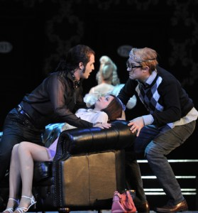 Don Giovanni (Richard Šveda), Zerlina (Iulia Elena Surdu),  Masetto (David Jerusalem).  Foto: Hans Jörg Michel.