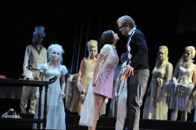 Zerlina (Iulia Elena Surdu), Masetto (David Jerusalem), Chor der Deutschen Oper am Rhein. Foto: Hans Jörg Michel.