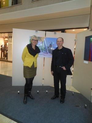 Michaela Spatz-Feddeck vom Center-Management und Fotograf Siegfried Dammrath stellen die Ausstellung vor