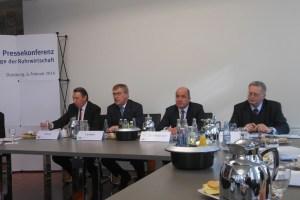 IHKs im Ruhrgebiet stellen Konjunkturbericht vor (v.l.): Reinhard Schulz (IHK Dortmnund), Präsident Burkhard Landers, Dr. Stefan Dietzfelbinger (beide IHK Duisburg) und Dr. Gerald Püchel (IHK Essen).