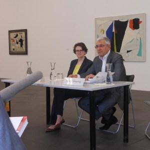 Kuratorin Dr. Ilka Voermann und Museumsdirektor Prof. Walter Smerling im Pressegespräch zur Retrospektive. Foto: Petra Grünendahl.