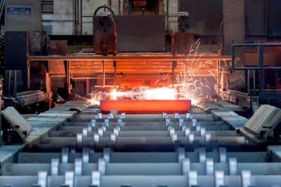 Mit Gasbrennern wird der Heißstrang in der Stranggießanlage Beeckerwerth zu Brammen geschnitten. Ein nach der Modernisierung eingesetztes spezifisches Kühlsystem für den Heißstrang sorgt für ein noch breiteres Produktspektrum bei gesteigerter Stahlbrammenqualität. Foto: ThyssenKrupp Steel Europe AG.