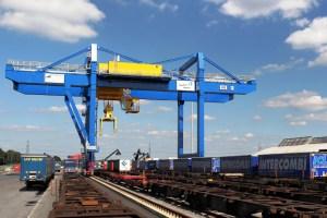 Bahnkran auf Containerterminal logport III. Foto: Rolf Köppen / duisport.