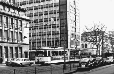 Die Königstraße als vierspurige Hauptverkehrsstraße mit Straßenbahn 1965.