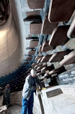 Neuzustellung des Hochofens 2 in Schwelgern: Hochspezialisierte Fachkräfte mauern das Innere mit feuerfesten Steinen neu aus. Foto: TKSE.
