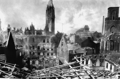 Zielpunkt des Angriffes vom 12./13. Mai 1943 war die Salvatorkirche (Mitte). Links die Liebfrauenkirche (steht heute nicht mehr). Durch den massiven Einsatz von Brandbomben brannten vor allem die mittelalterlichen Gebäude völlig aus.