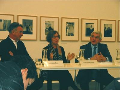 Kurator Andreas Bee, Fotografin Barbara Klemm und Museumsdirektor Walter Smerling im Pressebespräch. Foto: Petra Grünendahl.