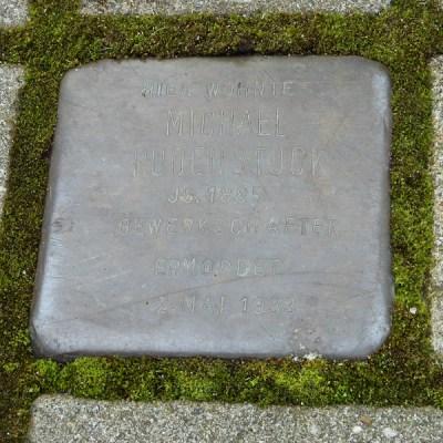 """Die Inschrift auf dem Stein an der Ginsterstraße 14 ist wie wegpoliert und kaum noch zu entziffern: """"Hier wohnte Michael Rodenstock Jg. 1885 Gewerkschafter ermordet 2. Mai 1933"""". Foto: Petra Grünendahl."""