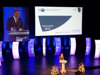 IHK-Präsident Burkhard Landers begrüßte rund 900 geladene Gäste zum Neujahrsempfang im Theater am Marientor. Foto: Petra Grünendahl.