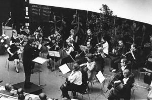 Von 1971 bis 2000  spielt das Uniorchester im Audimax des Essener Klinikums. Dirigent ist Siegfried Scheytt. Foto: UDE.