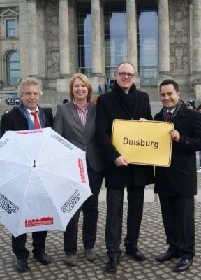 OB Sören Link, Stadtkämmerer Dr. Peter Langner und den beiden Duisburger Bundestagsabgeordneten Bärbel Bas und Mahmut Özdemir. Foto: Stadt Duisburg.