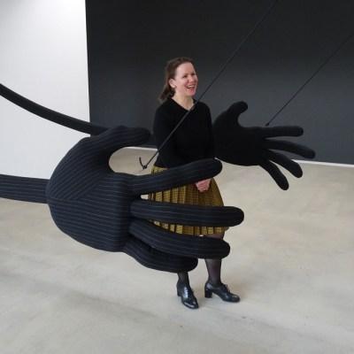 """Wiebke Siem inmitten ihrer Hände: Werk """"ohne Titel"""" von 2007. Foto: Petra Grünendahl."""
