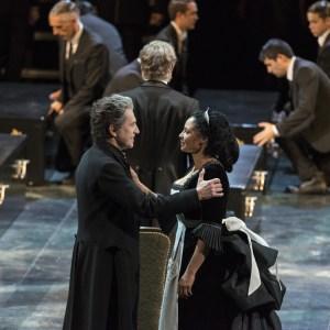 VORNE: Sergej Khomov (Radamès), Morenike Fadayomi (Aida), HINTEN: Thorsten Grümbel (der ägyptische König), Statisterie. Foto: Matthias Jung.
