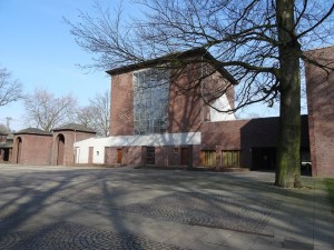 Waldfriedhof in Wanheimerort: die alte Trauerhalle, an die sich rechts neuere Trauerhallen anschließen. Foto: Petra Grünendahl, März 2015.