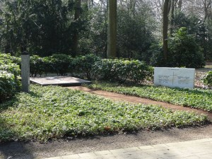Familiengrabstätte Köhler-Osbahr. Auch hier stand links auf dem Sockel neben der mittleren Grabplatte des Ehepaares eine Büste. Foto: Petra Grünendahl, März 2015.