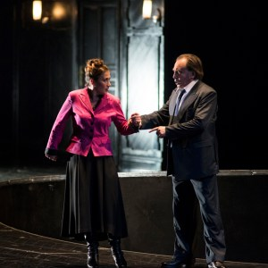Renato Anckarström (Boris Statsenko) beschuldigt seine Frau Amelia (Barbara Haveman) der Untreue. Foto: Matthias Jung.