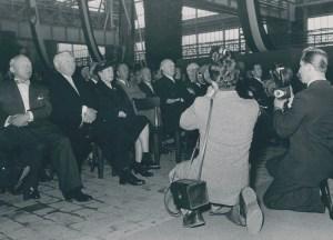 Großer Bahnhof: An der Feierstunde am 11. Juli 1955 in der Adjustage des neuen Walzwerks nahmen 750 Gäste aus Politik, Wirtschaft und Stadt teil, außerdem mehr als 2.000 Mitarbeiter und 180 Jubilare. Foto: ThyssenKrupp Konzernarchiv.