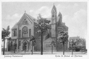 Die katholische Kirche St. Michael, rechts dahinter das Pfarrhaus, 1903.
