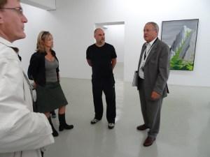 Shin Hanga - japanische Landschaften: Sven Drühl (m.) und Museumssstifter Klasu Maas erklären Ausstellung und Werke bei einer Pressevorbesichtigung. Foto: Petra Grünendahl.