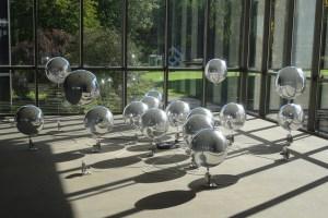 "Kathrin Wegemanns ""Aufsteigen 16"": Reflektierende Helumsballons mit Spulmotoren. Foto: Petra Grünendahl."
