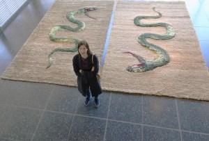 Yvonne Roeb mit ihren Schlangen-Teppichen in der Glashalle des Lehmbruck Museums. Foto: Petra Grünendahl.