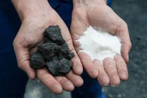 Mit Weiß ins Schwarze getroffen: Koksabfall wird in der Pilotanlage umweltfreundlich zu Hirschhornsalz umgewandelt. Foto: TKSE.