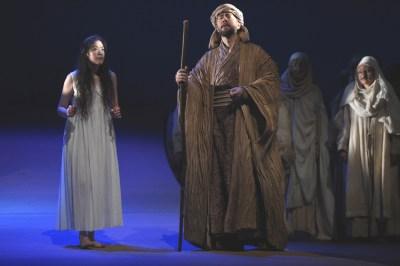 Yi-An Chen (Tänzerin), Sami Luttinen (Timur), Chor. Foto: Hans Jörg Michel.