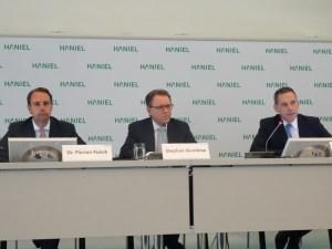 Bilanzpressekonferenz 2016 bei Haniel (v. l.): Dr. Florian Funck (Finanzvorstand), Stephan Gemkow (Vorstandsvorsitzender) und Dietmar Bochert (Direktor Kommunikation). Foto: Petra Grünendahl.