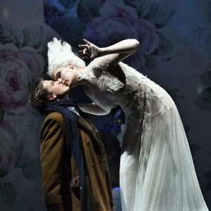Die Schneekönigin zieht Kay durch einen Kuss in ihrem Bann: Dmitri Vargin (Kay), Adela Zaharia (Schneekönigin). Foto: Hans Jörg Michel.