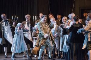 Lars Woldt (Baron Ochs auf Lerchenau), Bruce Rankin (Valzacchi), Susan Maclean (Annina), Mitglieder des Chores der Deutschen Oper am Rhein und des Düsseldorfer Mädchen- und Jungenchores. Foto: Matthias Jung.