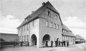 Der Bahnhof an der Ecke Bahnhofstraße / Römerstraße. Foto: © Horst Köberling / Sutton Verlag.