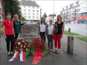 Gedenken an dem Mahnmal für die ermorderten Gewerkschafter an der Ruhrorter Straße (v.l.): Angelika Wagner, Michelle Mauritz, Kristina Risch, Alice Czyborra und Jutta Esser. Foto: Petra Grünendahl.