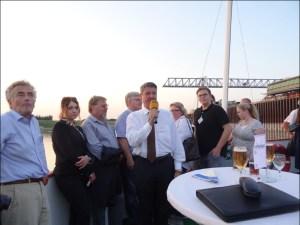DeltaPort-Hafenchef Andreas Stolte erklärte seinen Gästen die Fortschritte in der Entwicklung der Häfen. Foto: Petra Grünendahl.