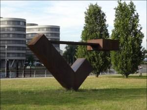"""Jüdische Kunst im Garten der Erinnerungen: die Stahlplastik """"Schwebend"""" von Menashe Kadishman. Foto: Petra Grünendahl."""