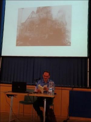 """Prof. Daniel Hoffmann las aus """"Heimat, bist du wieder mein"""". Oben ein Bild der aötem Synagoge in Düsseldorf an der Kaernenstraße. Foto: Petra Grünendahl."""