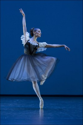 """Ballett am Rhein b.29: Feline van Dijken in George Balanchine """"Mozartiana"""". Foto: Gert Weigelt."""
