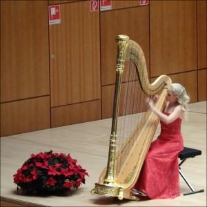 Harfenistin Jenny Meyer aus Detmold als Überraschungsgast beim Weihnachtskonzert 2016. Foto: Petra Grünendahl.