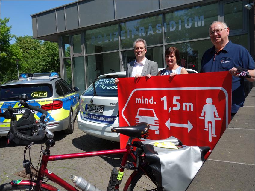 Verkehrssicherheitsaktion In Duisburg Aufkleber Mahnen Zum