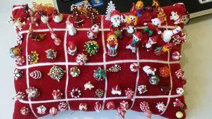 ©Imponerende samling Jule nipsenåle. Samlingen tilhører Lene Darlie Pedersen!
